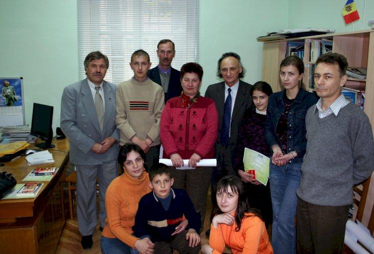 Grigore Vieru în ospeţie la revista NATURA la 27 aprilie 2005. Fotografie din arhiva redacţiei