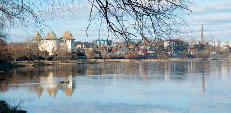 Nistrul şi Cetatea Soroca. Locul unde se scurg apele uzate ale oraşului. Foto: Vadim Şterbate