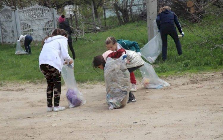 """Elevii Liceului """"N. Donici"""" demonstrează activism civic și dragoste de sat prin fapte concrete"""