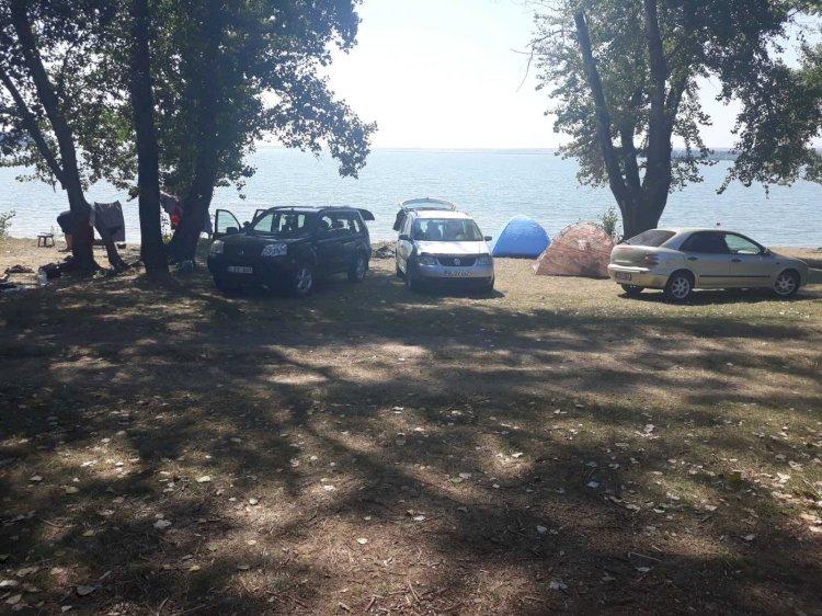 Kilometri de gunoaie pe malul lacului Costești-Stânca